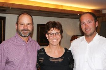 Präsident Jürg Schmid mit der abtretenden Kassierin Fränzi Guggisberg und dem neuen Kassier Christoph Almer (vlnr).
